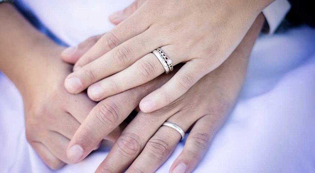 Partner halten Hände bei einer Trauung